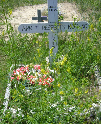 Bild 3: Ann T. Respects Nothing - Grab auf dem Friedhof am Wounded Knee